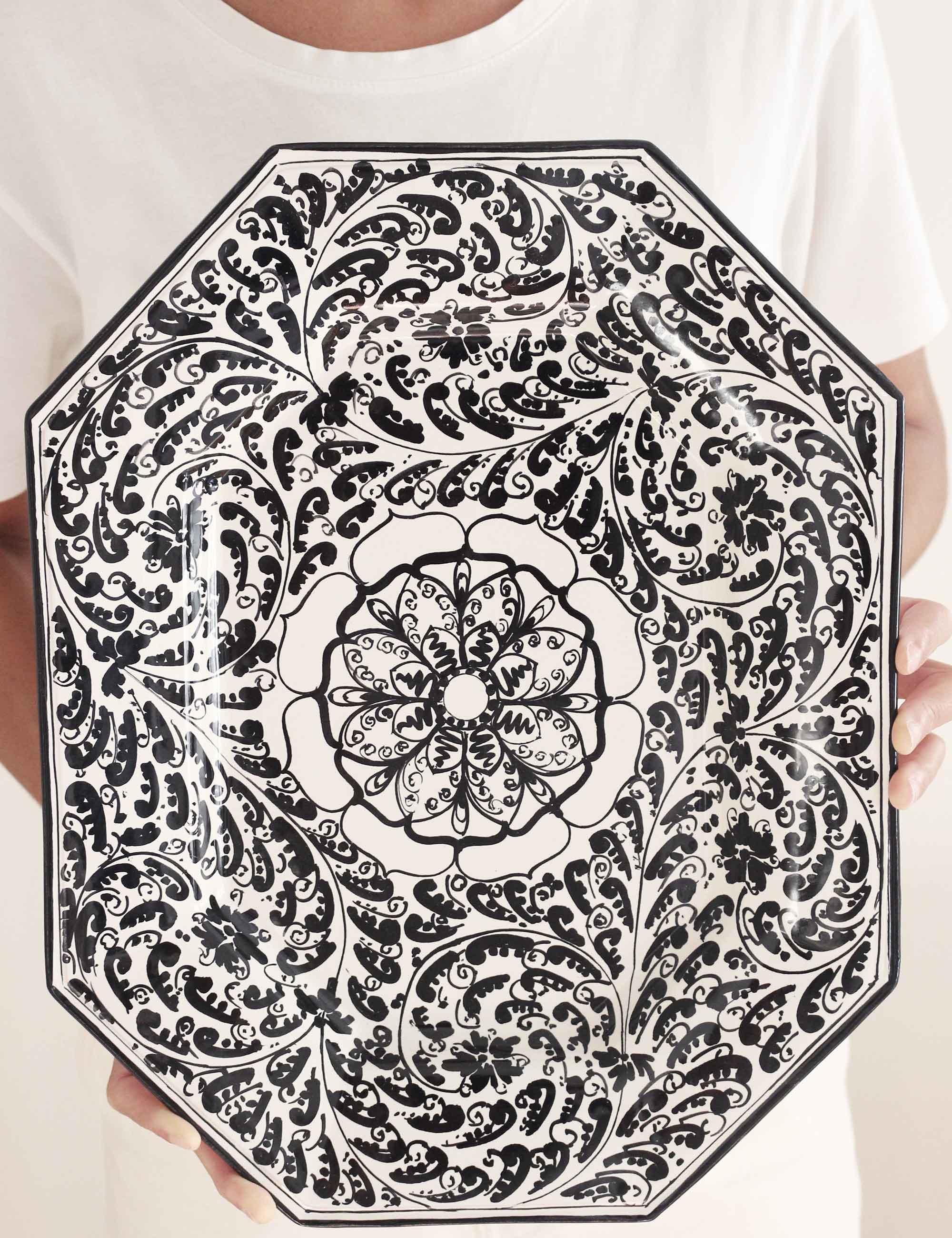 Piatto da portata ottogonale in ceramica siciliana decorata nero