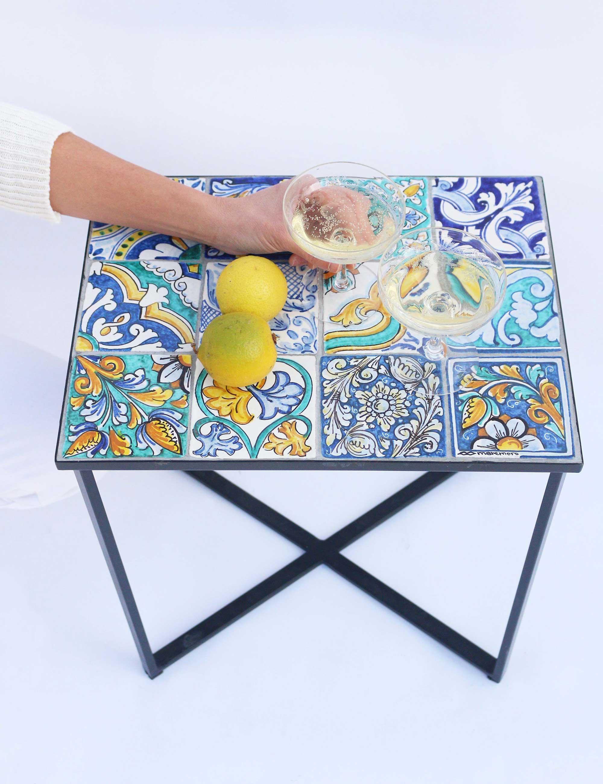 Tavolino con maioliche siciliane decorate PINZERU