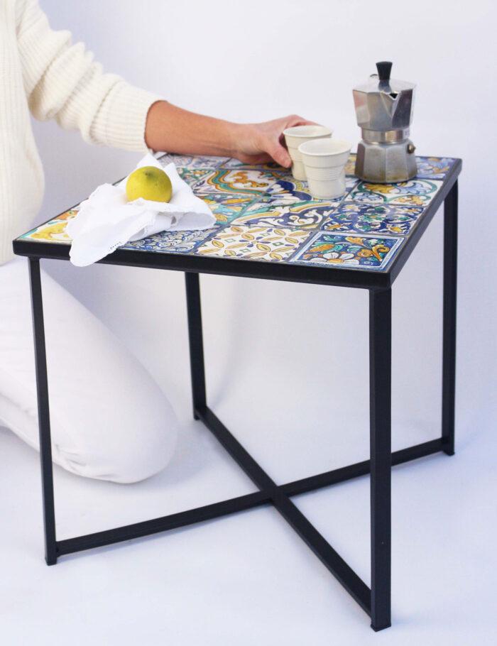 Tavolino con maioliche siciliane decorate PARRARI