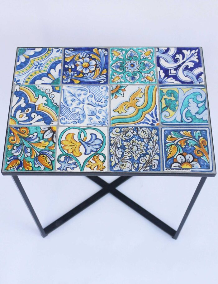 Tavolino con maioliche siciliane decorate 40X30 cm