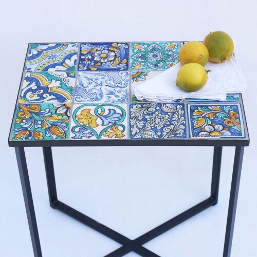 Tavolini con maioliche decorate